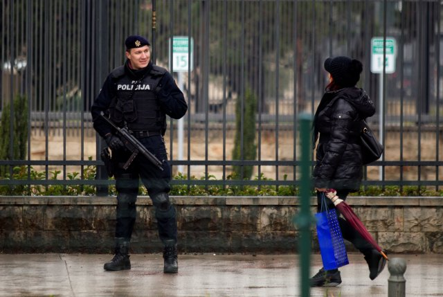 La policía vigila el edificio de la embajada de los Estados Unidos en Podgorica, Montenegro, el 22 de febrero de 2018. REUTERS / Stevo Vasiljevic