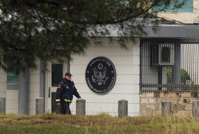 Un policía patrulla frente al edificio de la embajada de los Estados Unidos en Podgorica, Montenegro, el 22 de febrero de 2018. REUTERS / Stevo Vasiljevic