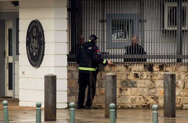 Un policía habla con el personal de la embajada de los Estados Unidos en Podgorica, Montenegro, el 22 de febrero de 2018. REUTERS / Stevo Vasiljevic