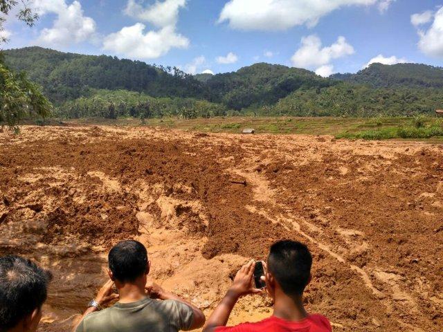 La gente toma fotos de un deslizamiento de tierra en Brebes, Indonesia el 22 de febrero de 2018, en esta imagen obtenida de las redes sociales. Aji Santoso / via REUTERS ESTA IMAGEN HA SIDO SUMINISTRADA POR UN TERCERO. CREDITO OBLIGATORIO. NO RESALES SIN ARCHIVOS