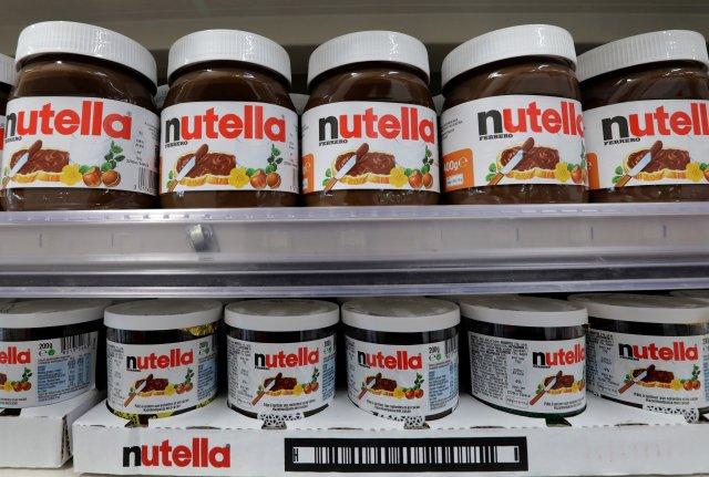 Frascos de pasta de chocolate y avellanas Nutella se muestran en un supermercado Casino en Niza, Francia, 16 de enero de 2017. REUTERS / Eric Gaillard / File Photo