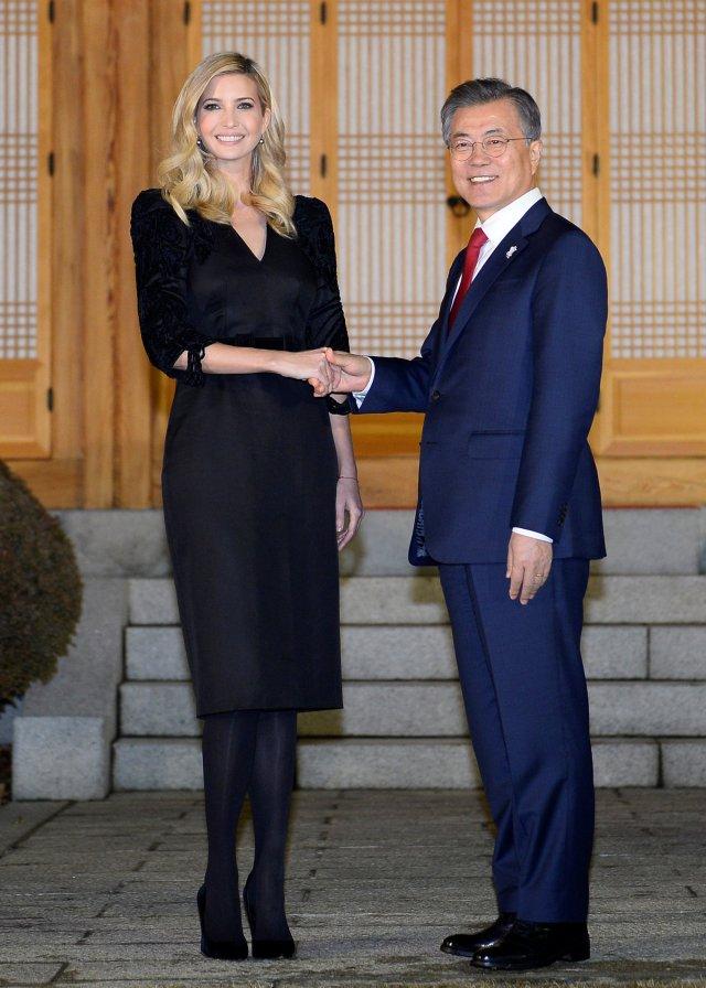 El presidente de Corea del Sur, Moon Jae-In, estrecha la mano de Ivanka Trump durante su cena en la Casa Azul Presidencial en Seúl, Corea del Sur, el 23 de febrero de 2018. REUTERS / Kim Min-Hee / Pool