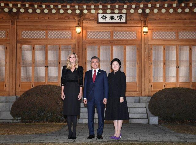 El presidente de Corea del Sur Moon Jae-In, su esposa Kim Jung-sook e Ivanka Trump posan para una fotografía durante su cena en la Casa Azul Presidencial en Seúl, Corea del Sur, el 23 de febrero de 2018. REUTERS / Kim Min-Hee / Pool