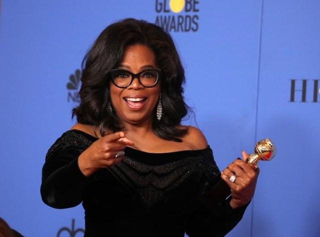 La presentadora de televisión Oprah Winfrey posa con el premio Cecil B. DeMille en los Globos de Oro en Beverly Hills, California, EEUU. 7 enero 2018. REUTERS/Lucy Nicholson