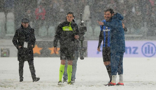 Soccer Football - Serie A - Juventus v Atalanta - Allianz Stadium, Turin, Italy - February 25, 2018 Juventus' Gianluigi Buffon talks with the referee in the snow before the match was postponed REUTERS/Massimo Pinca
