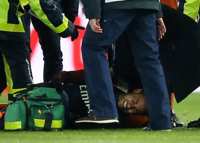 Soccer Football - Ligue 1 - Paris St Germain vs Olympique de Marseille - Parc des Princes, Paris, France - February 25, 2018   Paris Saint-Germain's Neymar receives treatment from medical staff after sustaining an injury    REUTERS/Stephane Mahe