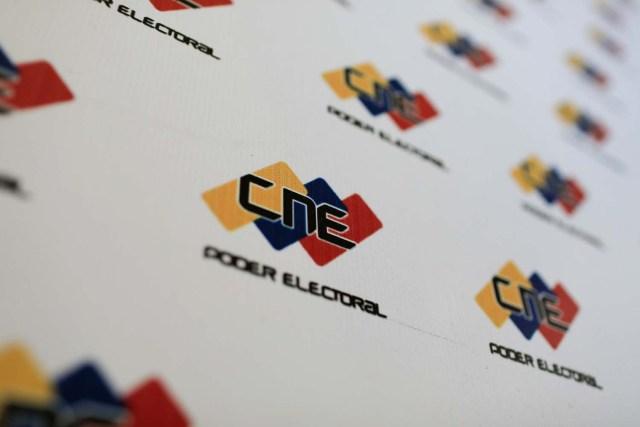 El logotipo del Consejo Nacional Electoral (CNE) se ve en su sede en Caracas, Venezuela, el 26 de febrero de 2018. REUTERS / Marco Bello