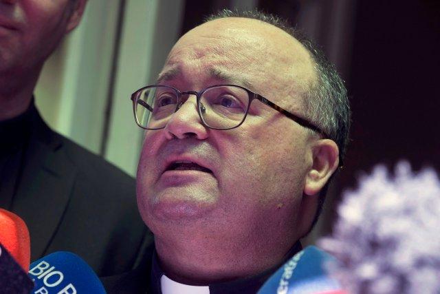 El enviado especial del Vaticano, el arzobispo Charles Scicluna, habla con los medios luego de reunirse con víctimas de abusos sexuales presuntamente cometidos por miembros de la iglesia, en Santiago, Chile, el 20 de febrero de 2018. REUTERS / Claudio Santana