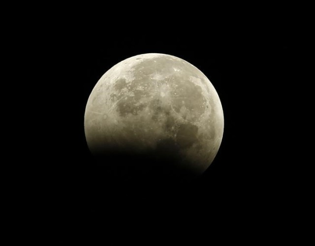 La Luna vista desde Encinitas, California, durante un eclipse total , oct 8, 2014.  REUTERS/Mike Blake