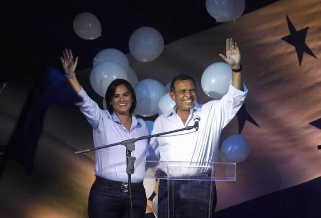 Imagen de archivo de la exprimera dama hondureña Rosa Elena Bonilla y su esposo, el expresidente Porfirio Lobo, celebrando tras ganar las elecciones en Tegucigalpa, nov 29, 2009. REUTERS/Edgard Garrido