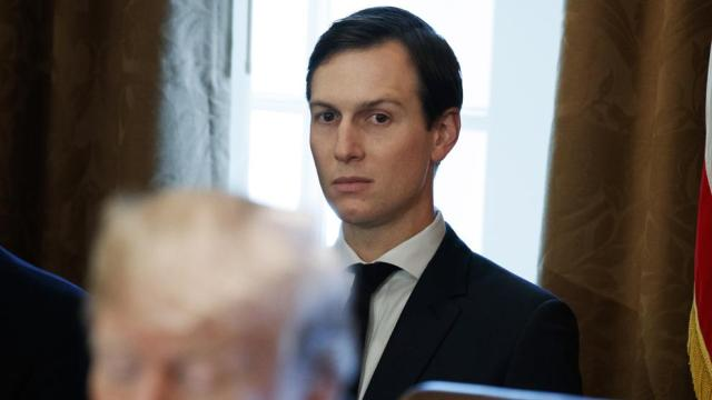 Jared Kushner escucha a Trump en una imagen de archivo durante un encuentro en la Casa Blanca (Evan Vucci / AP)