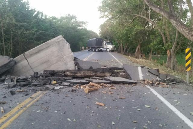 """El Ejército aseguró que en la mañana de este sábado guerrilleros del Eln """"detuvieron una tractomula e hicieron denotar una carga explosiva"""". Foto: Asociación Colombiana de Camioneros"""
