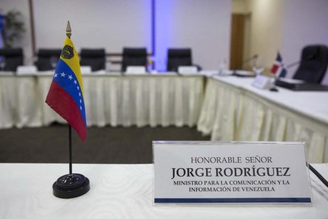 STO04. SANTO DOMINGO (REPÚBLICA DOMINICANA), 05/02/2018.- Detalle del lugar reservado para el ministro de Comunicación venezolano, Jorge Rodríguez, en el salón del Centro de Convenciones de la cancillería dominicana donde se espera hoy, lunes 5 de febrero de 2018, una confirmación del Gobierno venezolano y de la oposición sobre si viajarán para la nueva ronda de diálogo prevista este lunes, en Santo Domingo (República Dominicana), según dijo a la prensa el portavoz de la Cancillería dominicana, Hugo Beras. EFE/Orlando Barría