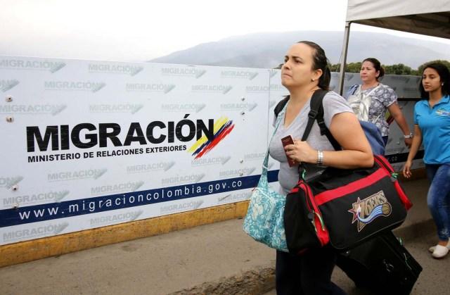 CUC108. CÚCUTA (COLOMBIA), 08/02/2018.- Fotografía fechada el 7 de febrero de 2018 de personas que cruzan el Puente Internacional Simón Bolívar, en Cúcuta (Colombia). En el puente internacional Simón Bolívar, que conecta a la ciudad colombiana de Cúcuta con la venezolana San Antonio del Táchira, se forma todos los días un hormiguero de gente que huye desesperada del país vecino para buscar la subsistencia al otro lado de la frontera. EFE/SCHNEYDER MENDOZA
