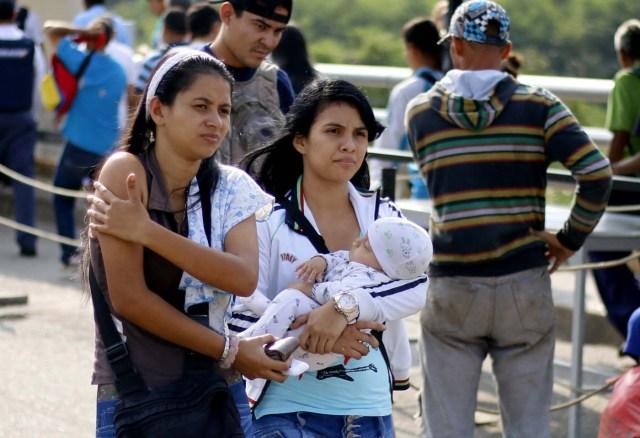 CUC106. CÚCUTA (COLOMBIA), 08/02/2018.- Fotografía fechada el 7 de febrero de 2018 de personas que cruzan el Puente Internacional Simón Bolívar, en Cúcuta (Colombia). En el puente internacional Simón Bolívar, que conecta a la ciudad colombiana de Cúcuta con la venezolana San Antonio del Táchira, se forma todos los días un hormiguero de gente que huye desesperada del país vecino para buscar la subsistencia al otro lado de la frontera. EFE/SCHNEYDER MENDOZA