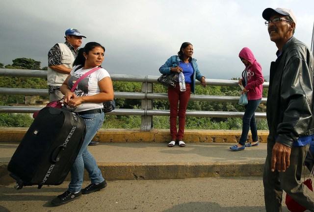 CUC104. CÚCUTA (COLOMBIA), 08/02/2018.- Fotografía fechada el 7 de febrero de 2018 de personas que cruzan el Puente Internacional Simón Bolívar, en Cúcuta (Colombia). En el puente internacional Simón Bolívar, que conecta a la ciudad colombiana de Cúcuta con la venezolana San Antonio del Táchira, se forma todos los días un hormiguero de gente que huye desesperada del país vecino para buscar la subsistencia al otro lado de la frontera. EFE/SCHNEYDER MENDOZA