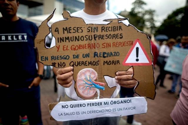 ACOMPAÑA CRÓNICA: VENEZUELA CRISIS ** CAR012. CARACAS (VENEZUELA), 08/02/2018.- Un hombre muestra una figura de cartón en forma del mapa venezolano durante una protesta por la escasez de medicinas y tratamientos para la salud hoy, jueves 8 de febrero de 2018, en Caracas (Venezuela). Una plaza del este de Caracas sirvió hoy de escenario para que decenas de enfermos venezolanos expresaran su frustración por la imposibilidad de acceder a los tratamientos médicos que necesitan para seguir con vida y también para informar acerca de la grave crisis sanitaria por la que pasa Venezuela. EFE/MIGUEL GUTIÉRREZ