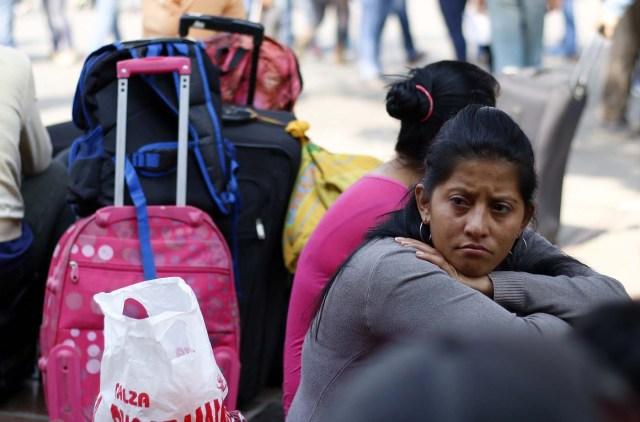 venezolanos esperando en la fila para recibir dinero. EFE/SCHNEYDER MENDOZA