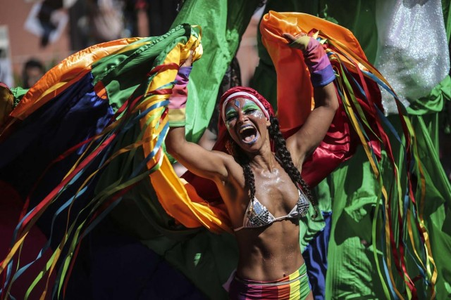 """BRA08. RIO DE JANEIRO (BRASIL), 09/02/18.- Integrantes del tradicional bloco de las Carmelitas, participan en su desfile por las calles del bohemio barrio de Santa Teresa llevando una multitud de personas a bailar y cantar en la fiesta del carnaval de Río de Janeiro en Brasil. La comparsa de las Carmelitas es uno de los 22 blocos que desfilará este viernes por diferentes calles de Río de Janeiro y que, con las """"marchinhas"""" pegajosas de sus orquestas, esperan atraer a miles de personas para sus multitudinarias fiestas gratuitas. EFE/Antonio Lacerda"""