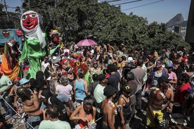 """BRA10. RIO DE JANEIRO (BRASIL), 09/02/18.- Integrantes del tradicional bloco de las Carmelitas, participan en su desfile por las calles del bohemio barrio de Santa Teresa llevando una multitud de personas a bailar y cantar en la fiesta del carnaval de Río de Janeiro en Brasil. La comparsa de las Carmelitas es uno de los 22 blocos que desfilará este viernes por diferentes calles de Río de Janeiro y que, con las """"marchinhas"""" pegajosas de sus orquestas, esperan atraer a miles de personas para sus multitudinarias fiestas gratuitas. EFE/Antonio Lacerda"""