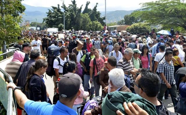 CUC201. CÚCUTA (COLOMBIA), 09/02/2018.- Fotografía cedida por el el diario La Opinión, donde se observa a ciudadanos venezolanos mientras ingresan a Colombia por el puente internacional Simón Bolívar hoy, viernes 9 de febrero de 2018, en Cúcuta (Colombia). Miles de venezolanos que intentan entrar a Colombia por el paso fronterizo de Cúcuta protagonizaron hoy momentos de tensión en el puente internacional Simón Bolívar donde comenzaron a regir nuevos controles de acceso. La multitud, que desde tempranas horas espera bajo un sol inclemente que las autoridades colombianas revisen sus documentos, intentó saltarse las vallas metálicas, lo que obligó a la intervención policial. EFE/Edinsson Figueroa/La Opinión/SOLO USO EDITORIAL/NO VENTAS