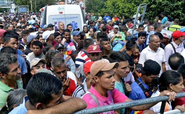 CUC202. CÚCUTA (COLOMBIA), 09/02/2018.- Fotografía cedida por el el diario La Opinión, donde se observa a ciudadanos venezolanos mientras esperan ingresar a Colombia por el puente internacional Simón Bolívar hoy, viernes 9 de febrero de 2018, en Cúcuta (Colombia). Miles de venezolanos que intentan entrar a Colombia por el paso fronterizo de Cúcuta protagonizaron hoy momentos de tensión en el puente internacional Simón Bolívar donde comenzaron a regir nuevos controles de acceso. La multitud, que desde tempranas horas espera bajo un sol inclemente que las autoridades colombianas revisen sus documentos, intentó saltarse las vallas metálicas, lo que obligó a la intervención policial. EFE/Edinsson Figueroa/La Opinión/SOLO USO EDITORIAL/NO VENTAS