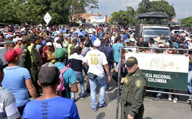 CUC203. CÚCUTA (COLOMBIA), 09/02/2018.- Fotografía cedida por el el diario La Opinión, donde se observa a ciudadanos venezolanos mientras ingresan a Colombia por el puente internacional Simón Bolívar hoy, viernes 9 de febrero de 2018, en Cúcuta (Colombia). Miles de venezolanos que intentan entrar a Colombia por el paso fronterizo de Cúcuta protagonizaron hoy momentos de tensión en el puente internacional Simón Bolívar donde comenzaron a regir nuevos controles de acceso. La multitud, que desde tempranas horas espera bajo un sol inclemente que las autoridades colombianas revisen sus documentos, intentó saltarse las vallas metálicas, lo que obligó a la intervención policial. EFE/Edinsson Figueroa/La Opinión/SOLO USO EDITORIAL/NO VENTAS
