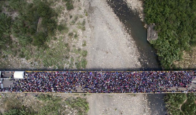 CUC204. CÚCUTA (COLOMBIA), 09/02/2018.- Fotografía cedida por el diario La Opinión, donde se observa una vista aérea del Puente Internacional Simón Bolívar mientras miles de ciudadanos venezolanos cruzan hacia Colombia hoy, viernes 9 de febrero de 2018, en Cúcuta (Colombia). Miles de venezolanos que intentan entrar a Colombia por el paso fronterizo de Cúcuta protagonizaron hoy momentos de tensión en el puente internacional Simón Bolívar donde comenzaron a regir nuevos controles de acceso. La multitud, que desde tempranas horas espera bajo un sol inclemente que las autoridades colombianas revisen sus documentos, intentó saltarse las vallas metálicas, lo que obligó a la intervención policial. EFE/Juan Pablo Cohen/La Opinión/SOLO USO EDITORIAL/NO VENTAS