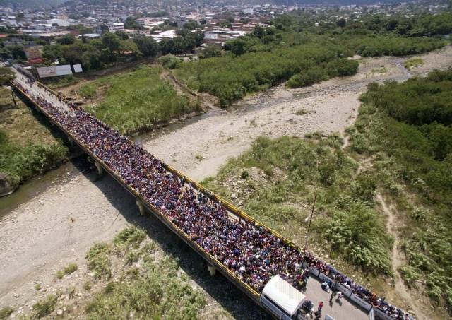 CUC205. CÚCUTA (COLOMBIA), 09/02/2018.- Fotografía cedida por el diario La Opinión, donde se observa una vista aérea del Puente Internacional Simón Bolívar mientras miles de ciudadanos venezolanos cruzan hacia Colombia hoy, viernes 9 de febrero de 2018, en Cúcuta (Colombia). Miles de venezolanos que intentan entrar a Colombia por el paso fronterizo de Cúcuta protagonizaron hoy momentos de tensión en el puente internacional Simón Bolívar donde comenzaron a regir nuevos controles de acceso. La multitud, que desde tempranas horas espera bajo un sol inclemente que las autoridades colombianas revisen sus documentos, intentó saltarse las vallas metálicas, lo que obligó a la intervención policial. EFE/Juan Pablo Cohen/La Opinión/SOLO USO EDITORIAL/NO VENTAS