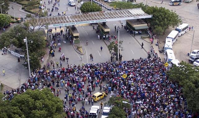 CUC206. CÚCUTA (COLOMBIA), 09/02/2018.- Fotografía cedida por el diario La Opinión, donde se observa una vista aérea de la entrada de ciudadanos venezolanos a Colombia por el Puente Internacional Simón Bolívar hoy, viernes 9 de febrero de 2018, en Cúcuta (Colombia). Miles de venezolanos que intentan entrar a Colombia por el paso fronterizo de Cúcuta protagonizaron hoy momentos de tensión en el puente internacional Simón Bolívar donde comenzaron a regir nuevos controles de acceso. La multitud, que desde tempranas horas espera bajo un sol inclemente que las autoridades colombianas revisen sus documentos, intentó saltarse las vallas metálicas, lo que obligó a la intervención policial. EFE/Juan Pablo Cohen/La Opinión/SOLO USO EDITORIAL/NO VENTAS