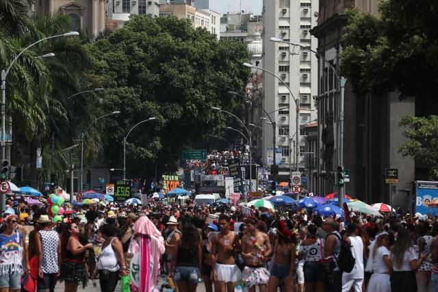 BRA01. RÍO DE JANEIRO (BRASIL), 10/02/2018.- Miles de personas disfrutan del desfile del bloco Cordao da Bola Preta, la comparsa carnavalesca más antigua y popular de Río de Janeiro, que conmemora hoy, sábado 10 de febrero de 2018, su primer centenario con un espectacular desfile que fue seguido por al menos un millón de personas por las calles del centro de esta ciudad brasileña. La Bola Preta (Pelota Negra), como es popularmente conocida, fue uno de los primeros blocos en salir este sábado de carnaval de entre las cerca de 80 comparsas que desfilarán tan sólo hoy para el delirio de seis millones de personas que, se calcula, participarán de las fiestas callejeras y gratuitas de este año en Río de Janeiro. EFE / Marcelo Sayão