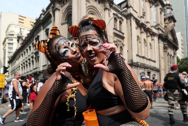 BRA01. RÍO DE JANEIRO (BRASIL), 10/02/2018.- Miembros del bloco Cordao da Bola Preta, la comparsa carnavalesca más antigua y popular de Río de Janeiro, conmemoran hoy, sábado 10 de febrero de 2018, su primer centenario con un espectacular desfile que fue seguido por al menos un millón de personas por las calles del centro de esta ciudad brasileña. La Bola Preta (Pelota Negra), como es popularmente conocida, fue uno de los primeros blocos en salir este sábado de carnaval de entre las cerca de 80 comparsas que desfilarán tan sólo hoy para el delirio de seis millones de personas que, se calcula, participarán de las fiestas callejeras y gratuitas de este año en Río de Janeiro. EFE / Marcelo Sayão