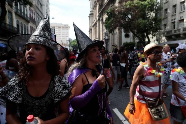 BRA01. RÍO DE JANEIRO (BRASIL), 10/02/2018.- El bloco Cordao da Bola Preta, la comparsa carnavalesca más antigua y popular de Río de Janeiro, conmemora hoy, sábado 10 de febrero de 2018, su primer centenario con un espectacular desfile que fue seguido por al menos un millón de personas por las calles del centro de esta ciudad brasileña. La Bola Preta (Pelota Negra), como es popularmente conocida, fue uno de los primeros blocos en salir este sábado de carnaval de entre las cerca de 80 comparsas que desfilarán tan sólo hoy para el delirio de seis millones de personas que, se calcula, participarán de las fiestas callejeras y gratuitas de este año en Río de Janeiro. EFE / Marcelo Sayão