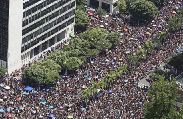 BRA22. RÍO DE JANEIRO (BRASIL), 10/02/2018.- Fotografía aérea cedida por Riotour muestra a miles de personas participan en el desfile del bloco Cordao da Bola Preta, la comparsa carnavalesca más antigua y popular de Río de Janeiro, que conmemora hoy, sábado 10 de febrero de 2018, su primer centenario con un espectacular desfile que fue seguido por al menos un millón de personas por las calles del centro de esta ciudad brasileña. La Bola Preta (Pelota Negra), como es popularmente conocida, fue uno de los primeros blocos en salir este sábado de carnaval de entre las cerca de 80 comparsas que desfilarán tan sólo hoy para el delirio de seis millones de personas que, se calcula, participarán de las fiestas callejeras y gratuitas de este año en Río de Janeiro. EFE/FERNANDO MAIA/RIOUTUR/SOLO USO EDITORIAL/NO VENTAS/NO ARCHIVO