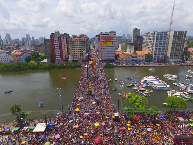 BRA28. RECIFE (BRASIL), 10/02/2018.- El bloco Galo da Madrugada, divierte hoy, sábado 10 de febrero de 2018, a unas dos millones de personas en la ciudad de Recife (Brasil). El bloco Galo da Madrugada y Cordao da Bola Preta, cuyo desfile atrajo a 1,5 millones en Río de Janeiro, volvieron a confirmarse hoy como las dos mayores comparsas de carnaval del mundo. El Galo da Madrugada, ya registrado como la mayor comparsa de carnaval del mundo por el libro Guinness de Récords, inició a primera hora de hoy, tras un espectáculo de fuegos pirotécnicos, un desfile con el que se propuso a animar, con decenas de orquestas y atracciones, a las dos millones de personas que desde temprano abarrotaron las calles del centro histórico de Recife, la mayor ciudad del nordeste de Brasil. EFE/NEY DOUGLAS