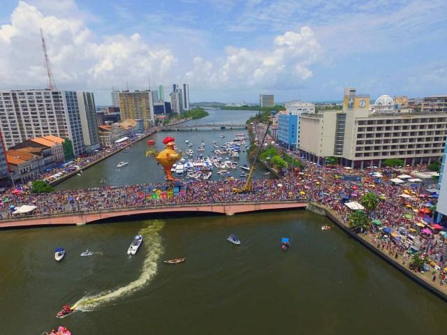 BRA29. RECIFE (BRASIL), 10/02/2018.- El bloco Galo da Madrugada, divierte hoy, sábado 10 de febrero de 2018, a unas dos millones de personas en la ciudad de Recife (Brasil). El bloco Galo da Madrugada y Cordao da Bola Preta, cuyo desfile atrajo a 1,5 millones en Río de Janeiro, volvieron a confirmarse hoy como las dos mayores comparsas de carnaval del mundo. El Galo da Madrugada, ya registrado como la mayor comparsa de carnaval del mundo por el libro Guinness de Récords, inició a primera hora de hoy, tras un espectáculo de fuegos pirotécnicos, un desfile con el que se propuso a animar, con decenas de orquestas y atracciones, a las dos millones de personas que desde temprano abarrotaron las calles del centro histórico de Recife, la mayor ciudad del nordeste de Brasil. EFE/NEY DOUGLAS