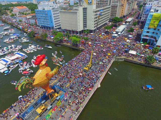 BRA30. RECIFE (BRASIL), 10/02/2018.- El bloco Galo da Madrugada, divierte hoy, sábado 10 de febrero de 2018, a unas dos millones de personas en la ciudad de Recife (Brasil). El bloco Galo da Madrugada y Cordao da Bola Preta, cuyo desfile atrajo a 1,5 millones en Río de Janeiro, volvieron a confirmarse hoy como las dos mayores comparsas de carnaval del mundo. El Galo da Madrugada, ya registrado como la mayor comparsa de carnaval del mundo por el libro Guinness de Récords, inició a primera hora de hoy, tras un espectáculo de fuegos pirotécnicos, un desfile con el que se propuso a animar, con decenas de orquestas y atracciones, a las dos millones de personas que desde temprano abarrotaron las calles del centro histórico de Recife, la mayor ciudad del nordeste de Brasil. EFE/NEY DOUGLAS
