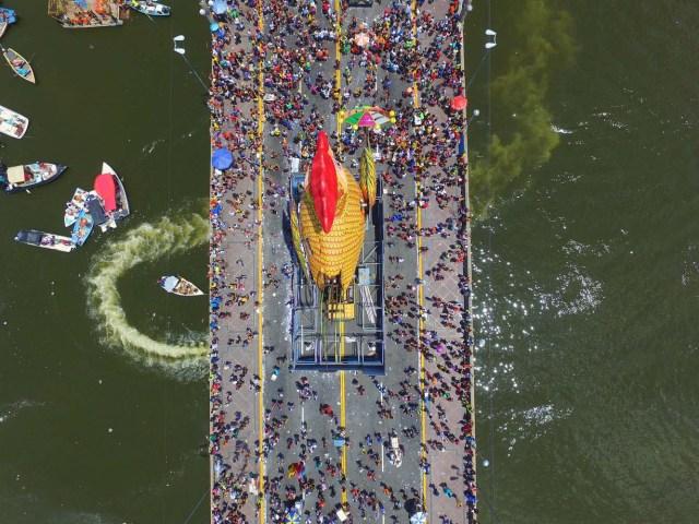 BRA31. RECIFE (BRASIL), 10/02/2018.- El bloco Galo da Madrugada, divierte hoy, sábado 10 de febrero de 2018, a unas dos millones de personas en la ciudad de Recife (Brasil). El bloco Galo da Madrugada y Cordao da Bola Preta, cuyo desfile atrajo a 1,5 millones en Río de Janeiro, volvieron a confirmarse hoy como las dos mayores comparsas de carnaval del mundo. El Galo da Madrugada, ya registrado como la mayor comparsa de carnaval del mundo por el libro Guinness de Récords, inició a primera hora de hoy, tras un espectáculo de fuegos pirotécnicos, un desfile con el que se propuso a animar, con decenas de orquestas y atracciones, a las dos millones de personas que desde temprano abarrotaron las calles del centro histórico de Recife, la mayor ciudad del nordeste de Brasil. EFE/NEY DOUGLAS