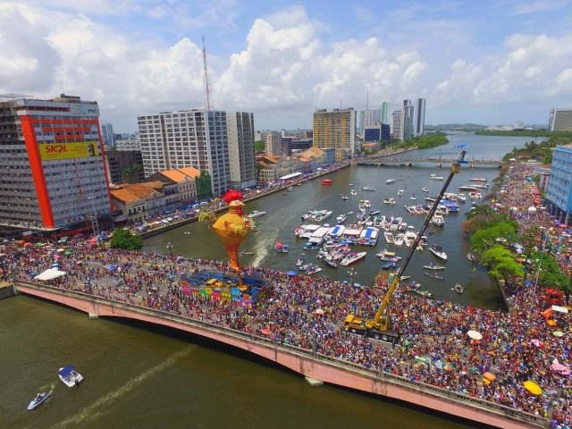 BRA32. RECIFE (BRASIL), 10/02/2018.- El bloco Galo da Madrugada, divierte hoy, sábado 10 de febrero de 2018, a unas dos millones de personas en la ciudad de Recife (Brasil). El bloco Galo da Madrugada y Cordao da Bola Preta, cuyo desfile atrajo a 1,5 millones en Río de Janeiro, volvieron a confirmarse hoy como las dos mayores comparsas de carnaval del mundo. El Galo da Madrugada, ya registrado como la mayor comparsa de carnaval del mundo por el libro Guinness de Récords, inició a primera hora de hoy, tras un espectáculo de fuegos pirotécnicos, un desfile con el que se propuso a animar, con decenas de orquestas y atracciones, a las dos millones de personas que desde temprano abarrotaron las calles del centro histórico de Recife, la mayor ciudad del nordeste de Brasil. EFE/NEY DOUGLAS