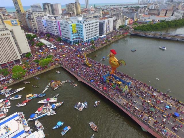 BRA33. RECIFE (BRASIL), 10/02/2018.- El bloco Galo da Madrugada, divierte hoy, sábado 10 de febrero de 2018, a unas dos millones de personas en la ciudad de Recife (Brasil). El bloco Galo da Madrugada y Cordao da Bola Preta, cuyo desfile atrajo a 1,5 millones en Río de Janeiro, volvieron a confirmarse hoy como las dos mayores comparsas de carnaval del mundo. El Galo da Madrugada, ya registrado como la mayor comparsa de carnaval del mundo por el libro Guinness de Récords, inició a primera hora de hoy, tras un espectáculo de fuegos pirotécnicos, un desfile con el que se propuso a animar, con decenas de orquestas y atracciones, a las dos millones de personas que desde temprano abarrotaron las calles del centro histórico de Recife, la mayor ciudad del nordeste de Brasil. EFE/NEY DOUGLAS