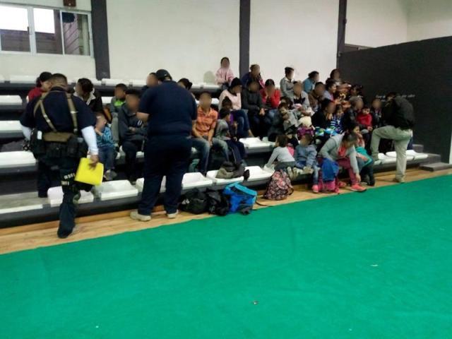 MEX22. TAMAULIPAS (MÉXICO),11/02/2018.- Fotografía cedida por la vocería de Tamaulipas hoy, domingo 11 de febrero de 2018, que muestra a varios migrantes encontrados en una casa de seguridad en la ciudad de Tamaulipas (México). Un total de 229 migrantes provenientes de Centroamérica y México fueron detenidos en unas casas de seguridad del nororiental estado de Tamaulipas, donde esperaban para cruzar a Estados Unidos, informaron hoy fuentes oficiales. EFE/Voceria de Tamaulipas/SOLO USO EDITORIAL/MEJOR CALIDAD DISPONIBLE