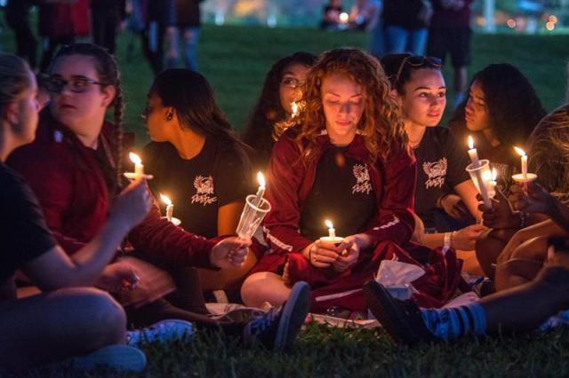 Miles de personas participan en la vigila en recuerdo de las 17 víctimas mortales de la matanza perpetrada este miércoles por Nikolas Cruz en la escuela secundaria Marjory Stoneman Douglas hoy, jueves 15 de febrero de 2018, en Pine Trails Park, Parkland, Florida (EE. UU.). EFE/GIORGIO VIERA