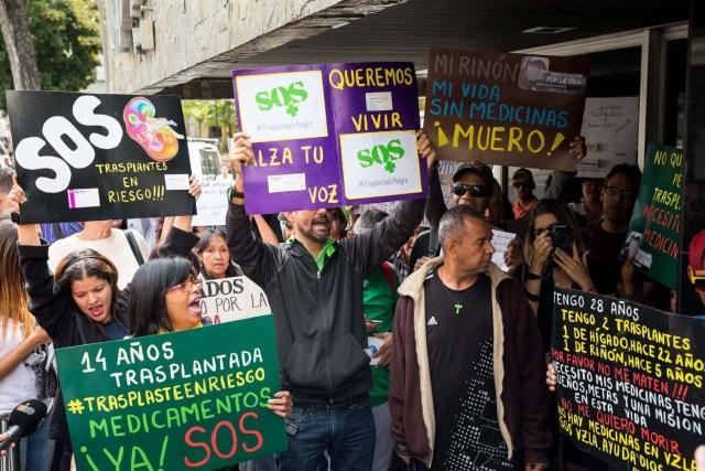 CAR108. CARACAS (VENEZUELA), 22/02/2018.- Un grupo de personas participan en una manifestación hoy, jueves 22 de febrero del 2018, en Caracas (Venezuela). Cerca de 30 venezolanos trasplantados protestaron debido a la escasez de medicamentos que compromete la salud de decenas de miles de pacientes, y exigieron al Instituto Venezolano de los Seguros Sociales (IVSS) atender esta situación. EFE/Miguel Gutiérrez
