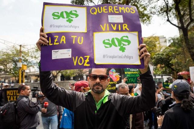 CAR107. CARACAS (VENEZUELA), 22/02/2018.- Un grupo de personas participan en una manifestación hoy, jueves 22 de febrero del 2018, en Caracas (Venezuela). Cerca de 30 venezolanos trasplantados protestaron debido a la escasez de medicamentos que compromete la salud de decenas de miles de pacientes, y exigieron al Instituto Venezolano de los Seguros Sociales (IVSS) atender esta situación. EFE/Miguel Gutiérrez