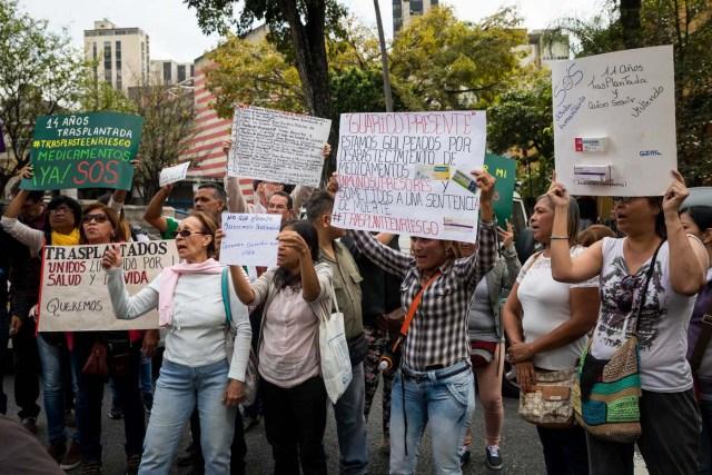 CAR106. CARACAS (VENEZUELA), 22/02/2018.- Un grupo de personas participan en una manifestación hoy, jueves 22 de febrero del 2018, en Caracas (Venezuela). Cerca de 30 venezolanos trasplantados protestaron debido a la escasez de medicamentos que compromete la salud de decenas de miles de pacientes, y exigieron al Instituto Venezolano de los Seguros Sociales (IVSS) atender esta situación. EFE/Miguel Gutiérrez