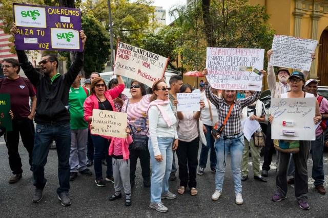 CAR105. CARACAS (VENEZUELA), 22/02/2018.- Un grupo de personas participan en una manifestación hoy, jueves 22 de febrero del 2018, en Caracas (Venezuela). Cerca de 30 venezolanos trasplantados protestaron debido a la escasez de medicamentos que compromete la salud de decenas de miles de pacientes, y exigieron al Instituto Venezolano de los Seguros Sociales (IVSS) atender esta situación. EFE/Miguel Gutiérrez