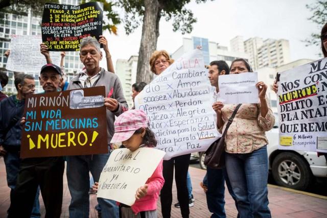 CAR103. CARACAS (VENEZUELA), 22/02/2018.- Un grupo de personas participan en una manifestación hoy, jueves 22 de febrero del 2018, en Caracas (Venezuela). Cerca de 30 venezolanos trasplantados protestaron debido a la escasez de medicamentos que compromete la salud de decenas de miles de pacientes, y exigieron al Instituto Venezolano de los Seguros Sociales (IVSS) atender esta situación. EFE/Miguel Gutiérrez