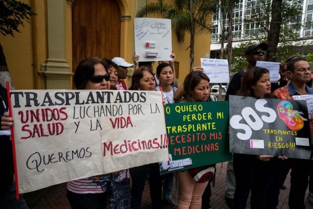 CAR102. CARACAS (VENEZUELA), 22/02/2018.- Un grupo de personas participan en una manifestación hoy, jueves 22 de febrero del 2018, en Caracas (Venezuela). Cerca de 30 venezolanos trasplantados protestaron debido a la escasez de medicamentos que compromete la salud de decenas de miles de pacientes, y exigieron al Instituto Venezolano de los Seguros Sociales (IVSS) atender esta situación. EFE/Miguel Gutiérrez