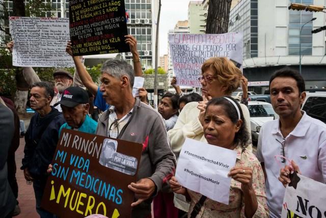 CAR101. CARACAS (VENEZUELA), 22/02/2018.- Un grupo de personas participan en una manifestación hoy, jueves 22 de febrero del 2018, en Caracas (Venezuela). Cerca de 30 venezolanos trasplantados protestaron debido a la escasez de medicamentos que compromete la salud de decenas de miles de pacientes, y exigieron al Instituto Venezolano de los Seguros Sociales (IVSS) atender esta situación. EFE/Miguel Gutiérrez