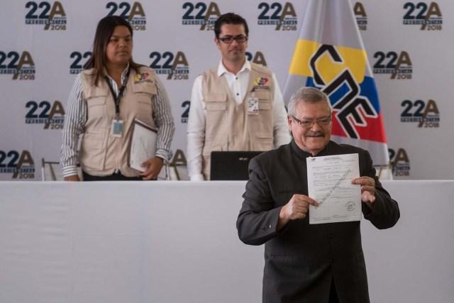 CAR001. CARACAS (VENEZUELA), 27/02/2018.- Francisco Vizconti Osorio, candidato independiente a la presidencia del país, asiste al Consejo Nacional Electoral (CNE), a formalizar su candidatura hoy, 27 de febrero del 2018, en Caracas (Venezuela). EFE/MIGUEL GUTIÉRREZ